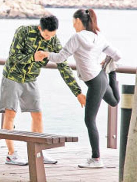 4-拉筋时,何浩文郑重扶着女朋侪。