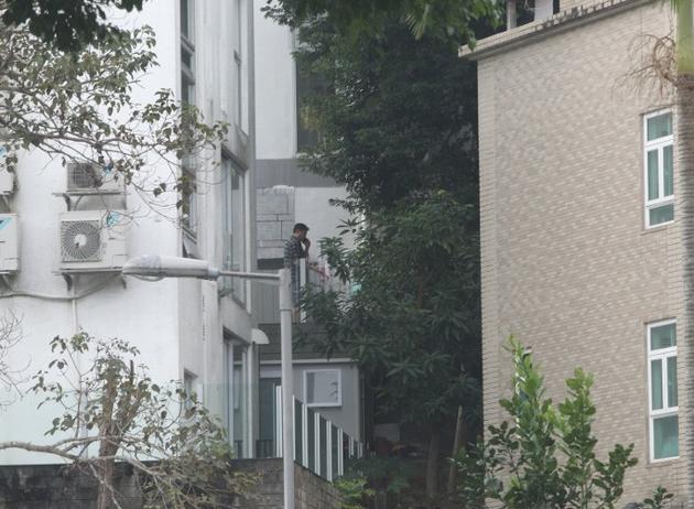 魏骏杰独自一人在阳台打电话