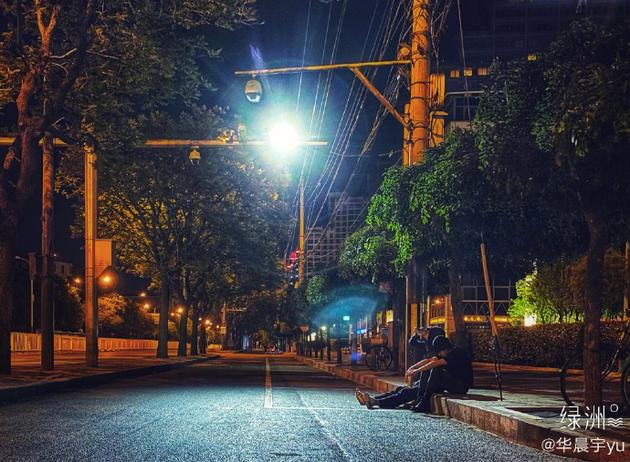 华晨宇左立坐在街边