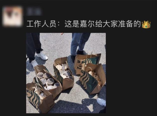 王嘉尔给粉丝送咖啡和三明治