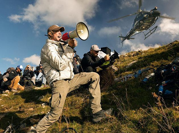 迈克尔·贝在《变形金刚5:末了的骑士》的拍摄现场