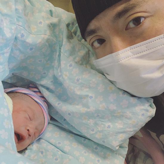 《有嘻哈》选手JonyJ官宣当爸 晒女儿正脸超可爱