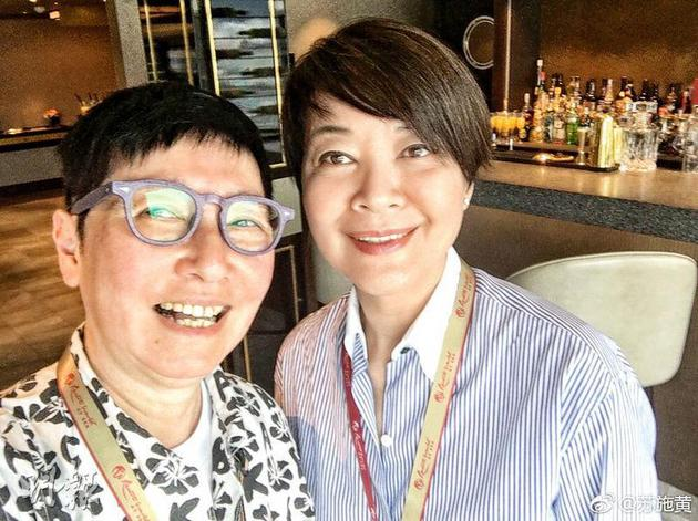 苏施黄(左)陪伴患子宫癌的红颜知己金燕玲对抗病魔