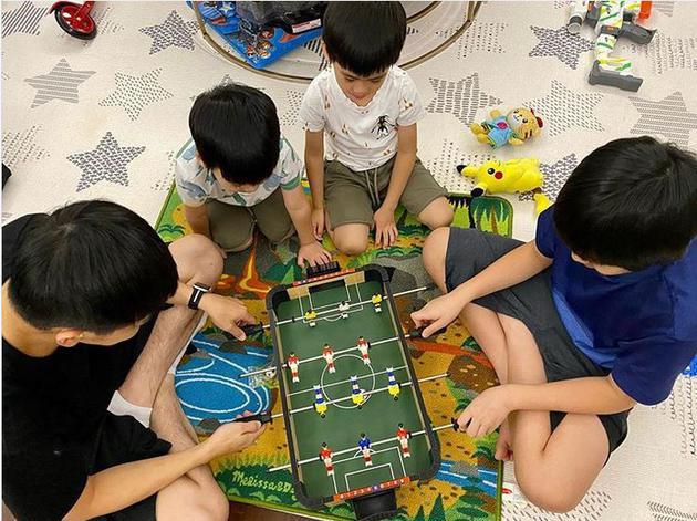 林志颖深夜陪娃玩桌上足球 父子四人同款发型抢镜