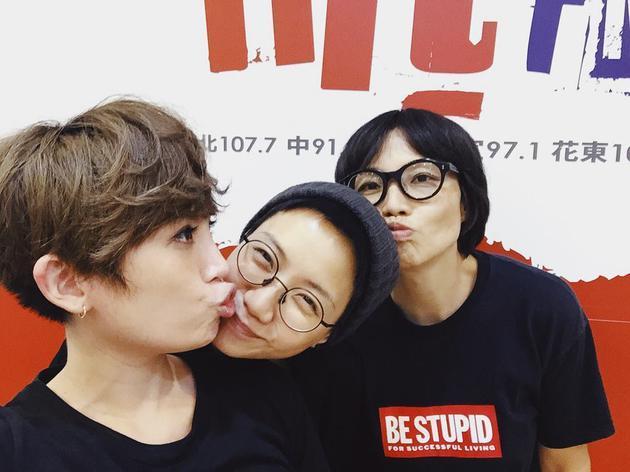 魏如萱(左起)和卢凯彤、余静萍作势亲亲,相当逗趣。