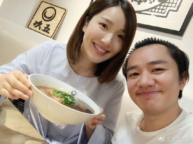 王祖蓝李亚男晒美食照:每逢假日月半三斤