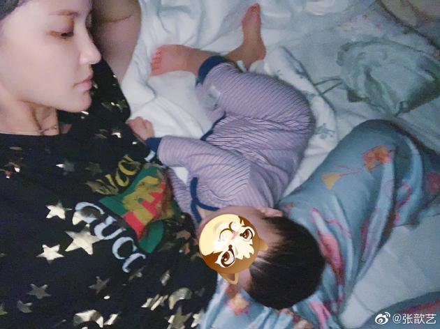 张歆艺和儿子在床上
