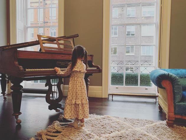 周杰伦晒小周周弹钢琴 并称是