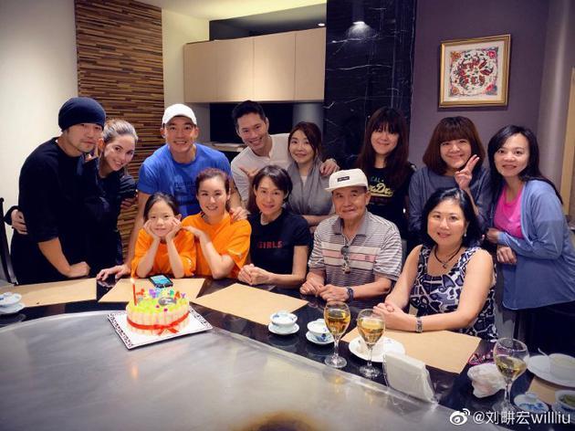 刘耕宏与家人合照