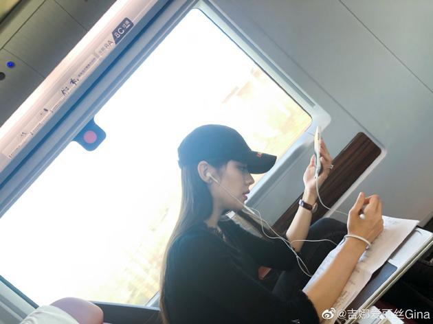 吉娜坐高铁不忘学习
