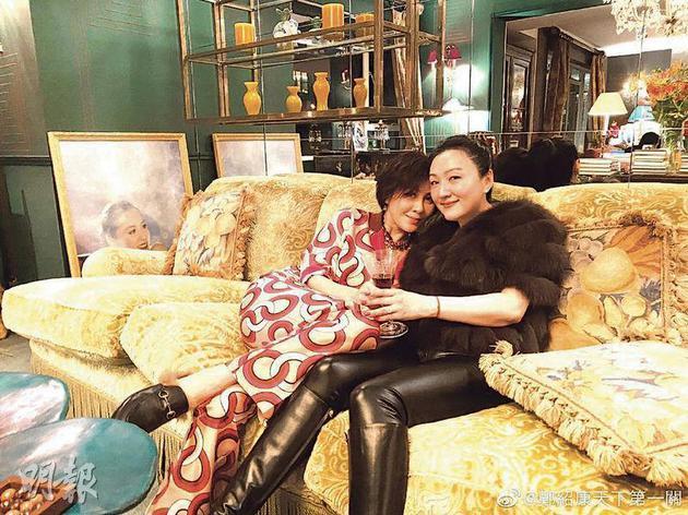 从刘嘉玲与甄楚倩的合照中,可看到前者家中的布置富丽堂皇。