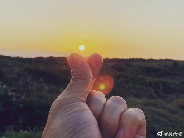吴奇隆踩点最后一分钟晒手指比心照为刘诗诗庆生