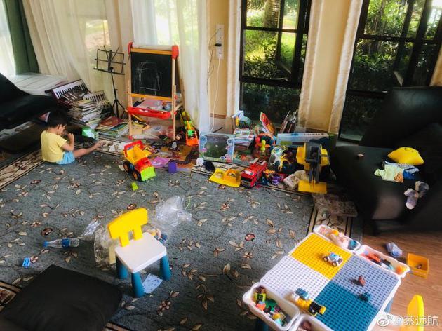 蔡远航宅家带娃玩具散落一地 吐槽:像遭了灾一样