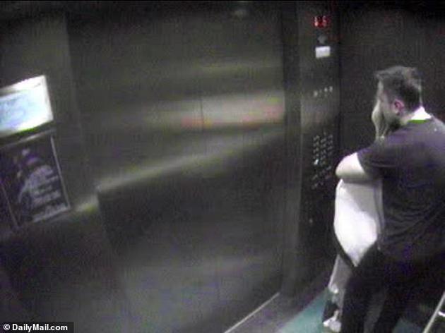 艾梅柏与马斯克电梯亲热