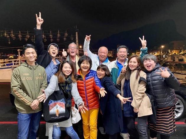 胡宇威带爸妈与经纪公司同事聚会