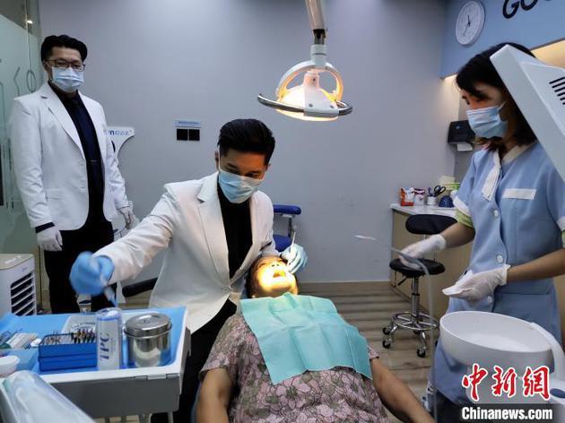 """前台湾偶像歌手""""可米小子""""主唱在成都当牙医"""