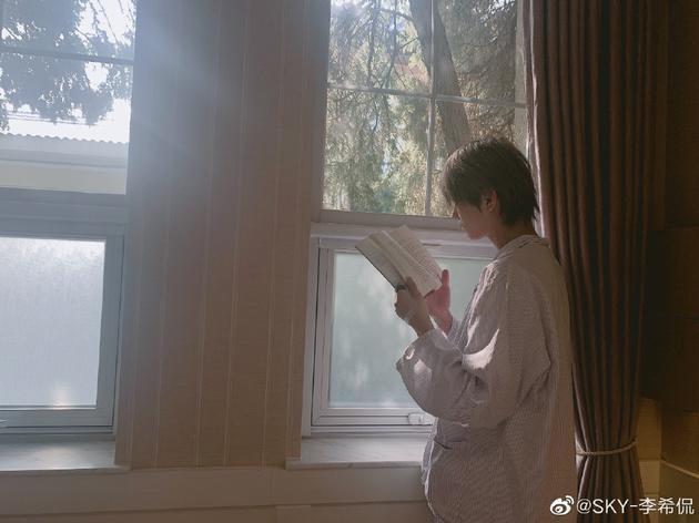 李希侃窗边浏览