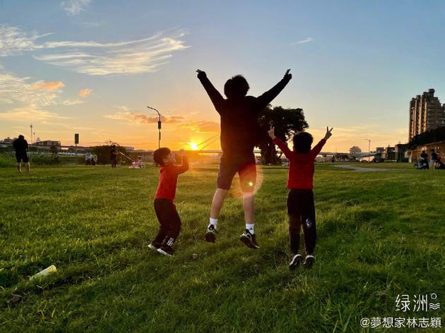 林志颖夫妇带儿子户外扎营 三兄弟草地玩闹赏夕阳
