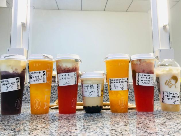 时代少年团送王祖蓝七杯奶茶 贴纸上手写祝福有心