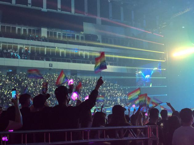 粉丝应援扬起象征性别平权的彩虹旗