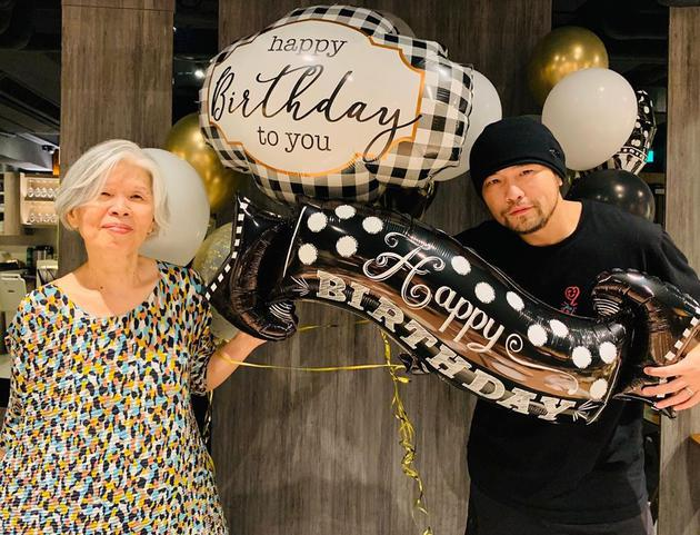 周杰伦晒合照为妈妈庆生 母子俩共举气球笑容灿烂