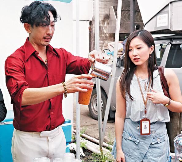 李璨琛(左)为剧组人员冲调泰式奶茶。