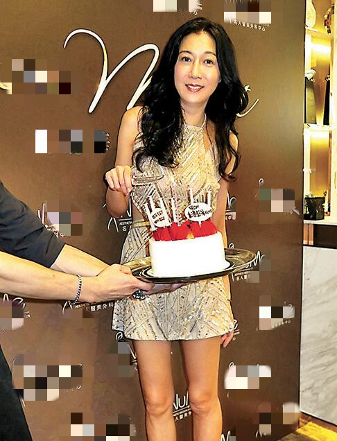 吴绮莉昨天46岁生日,打扮得漂漂亮亮出席活动。