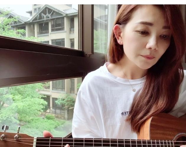 梁静茹窗边练吉他