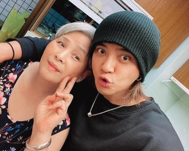 Show Luo and his mother