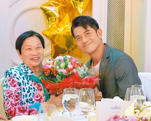 郭富城(右)的母亲2月病逝家中。