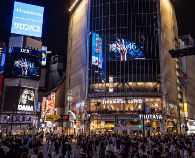 涉谷街头大屏幕宣布欅坂46改名樱坂46
