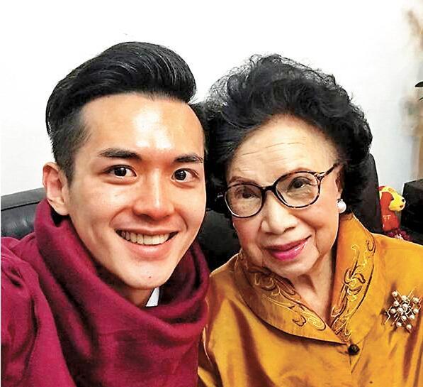 梁舜燕孙儿阮浩棕(左)在他的社交网站发放讣文怀念。