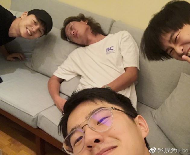 导演许宏宇熟睡被围观 刘昊然调侃:一点就到家