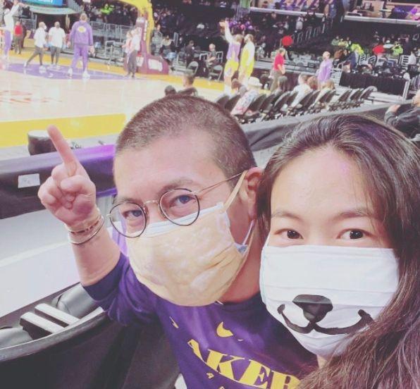 陈冠希与秦舒培看篮球比赛