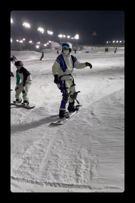 下午学完晚上就会!翟潇闻直言滑雪比考驾照容易