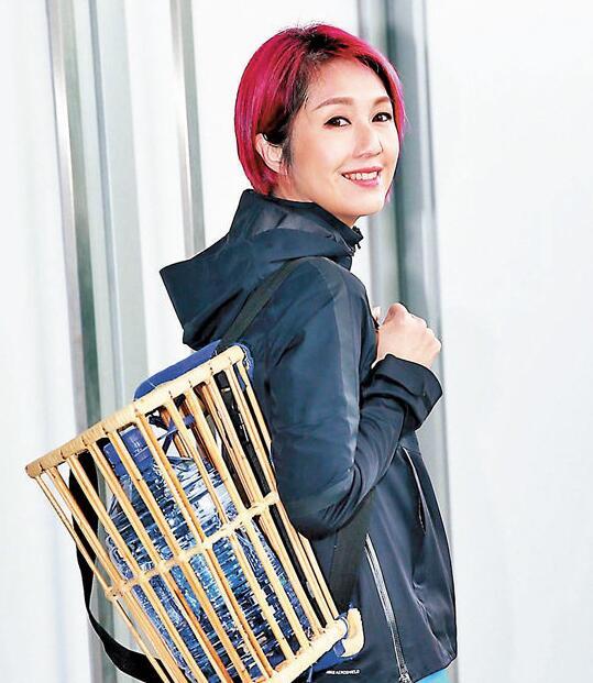 同样忙着巡唱的杨千嬅不忘为郑秀文打气。