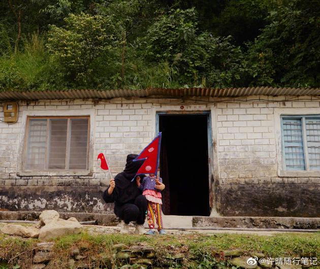 许晴晒和尼泊尔小女孩合影 称初次见面就眼泛泪光