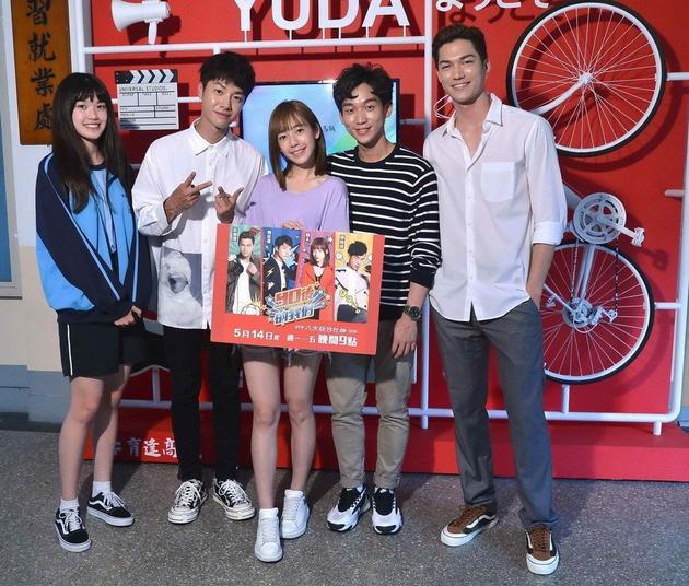 纪欣伶(左)代表学校采访《90后的我们》演员群。