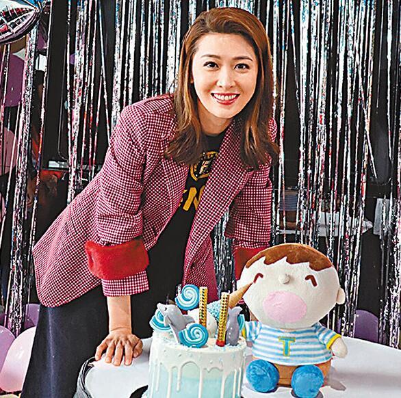 粉丝们特别订制了一个海豚蛋糕给周励淇