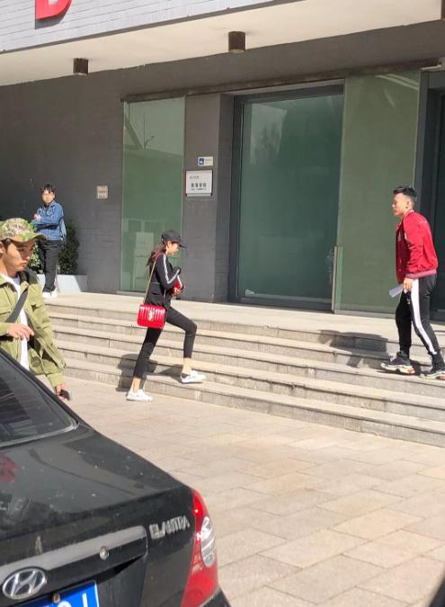 网友北电偶遇关晓彤上课 穿黑衣一双长腿十分瞩目