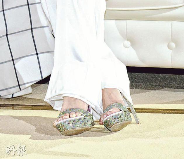 陈凯琳昨天(11月27日)穿着4寸高跟鞋现身。