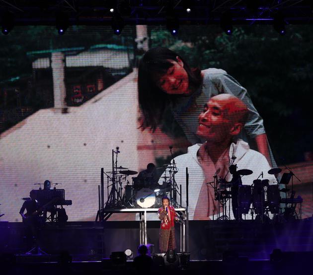 陈积荣与女朋友Lillian于郑中基演唱会短片中亮相