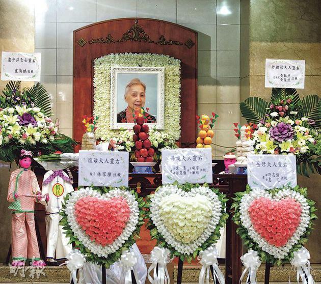 夏萍的遗照选用脸带乐容的彩色照片,灵堂正中间摆放夏萍一对后代及干儿子林家栋的心形花圈。