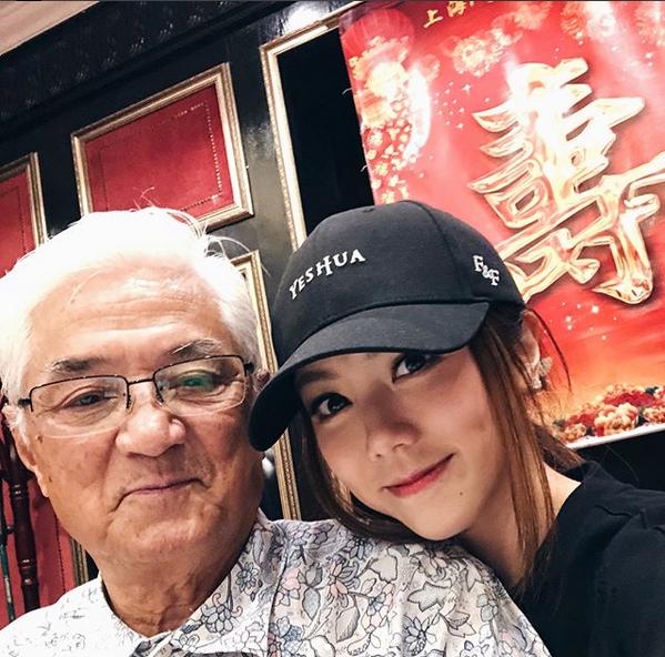邓紫棋晒合照和蛋糕为外公庆80大寿:珍惜眼前人