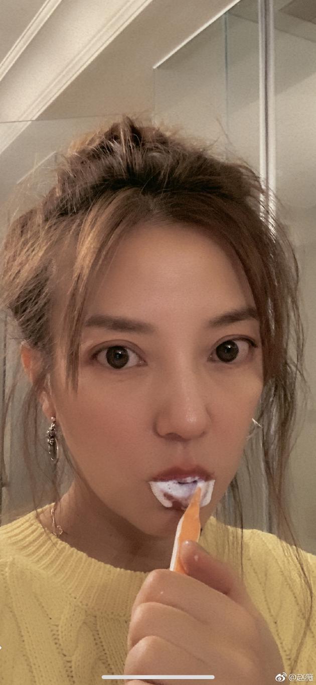 赵薇刷牙自拍