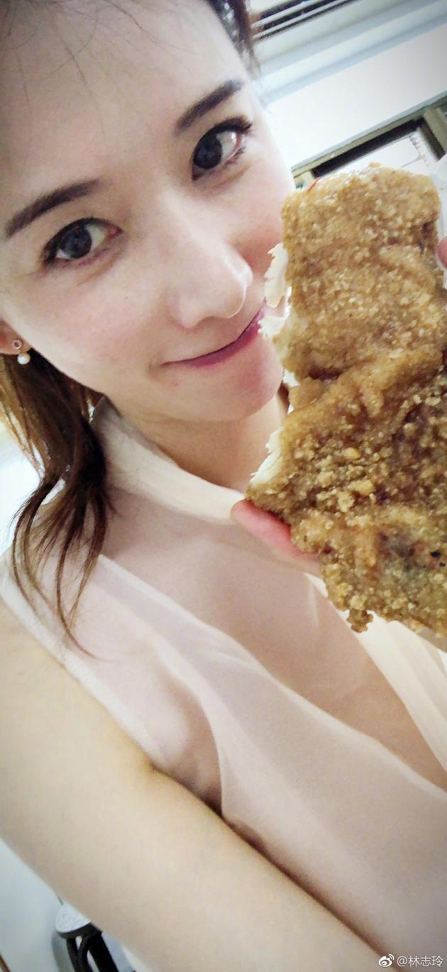 林志玲拿着炸鸡