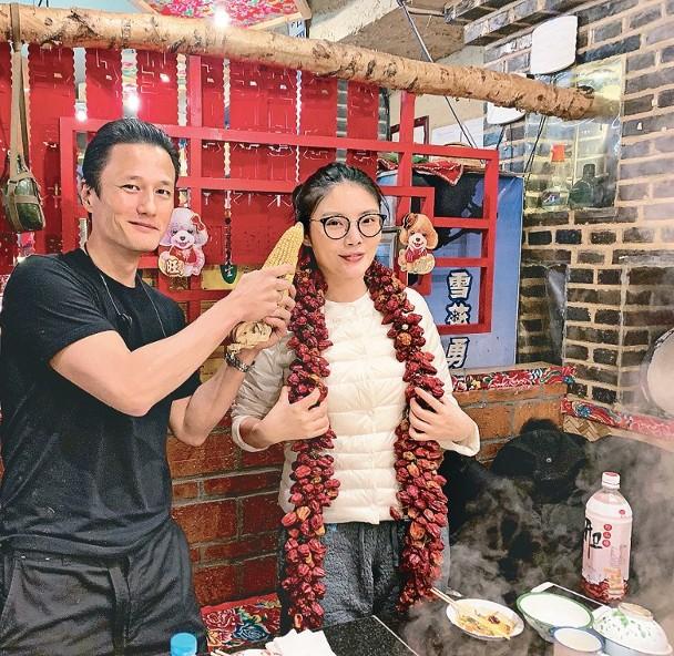 两口子当日承认恋情,也是分享火锅店的合照。