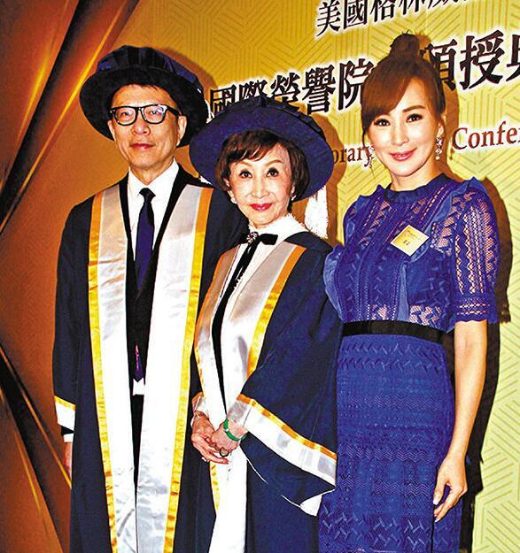 罗霖(右)祝贺好友郑明明(中)、叶家宝荣升院士
