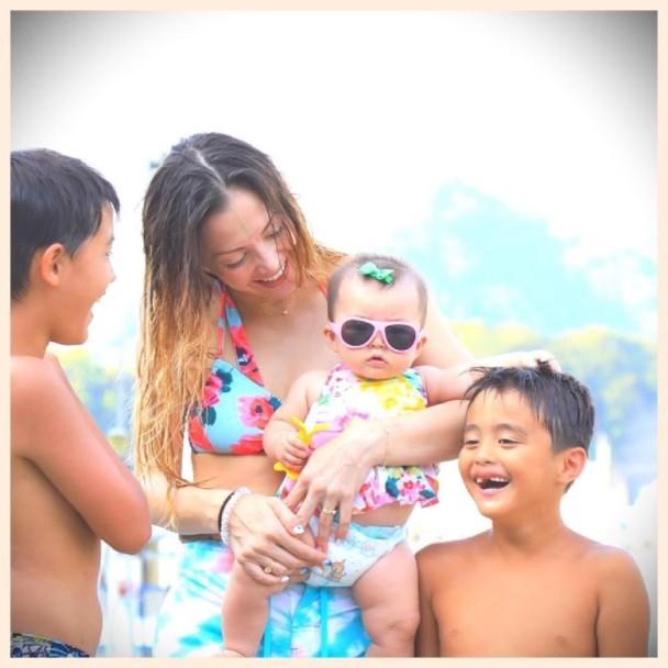 土屋安娜同三个孩子一同戏水