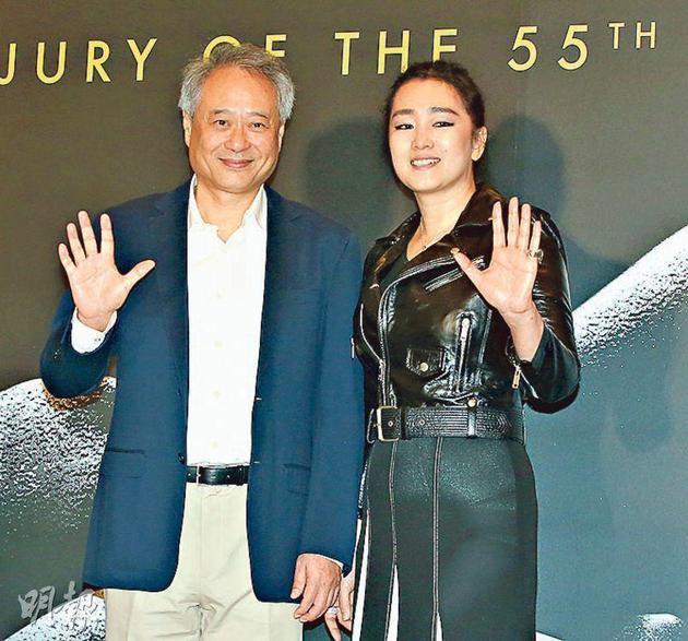 巩俐(右)以评审团主席身份与导演李安(左)出席金马奖记者会